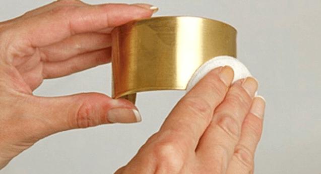 Придать блеск можно, протирая ватным диском, смоченный в уксусе.