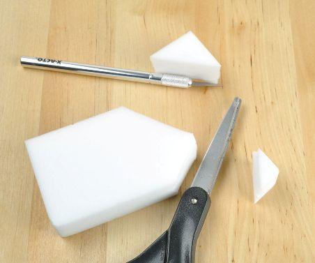 Меламиновая губка режется ножницами, скальпелем или ножом