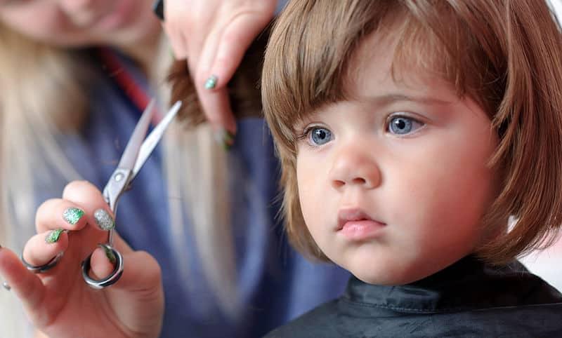 девочка в парикмахерской