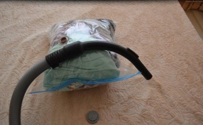 При помощи пылесоса можно быстро распушить пух в куртке