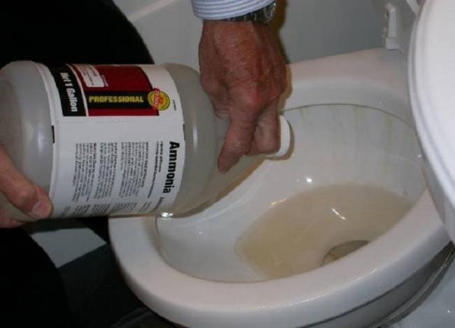 Хлорные и кислотные жидкости льют в канализацию в большом объеме