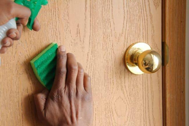 Очистка деревянных дверей губкой