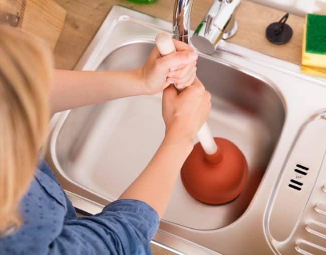 При легких засорах с проблемой справится даже домохозяйка