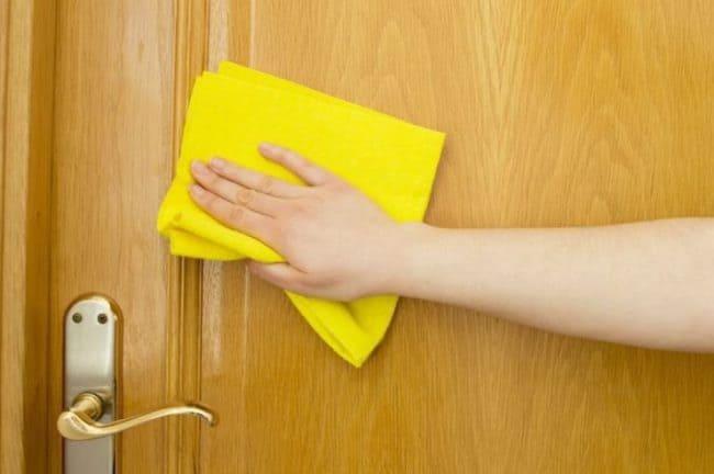 Протирание двери из ПВХ мягкой тканью
