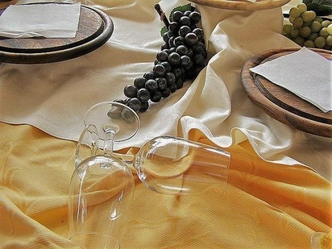 Как отстирать застарелые жирные и желтые пятна на белой или цветной скатерти