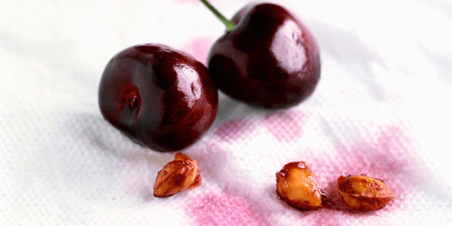 Следы от свежего ягодного сока