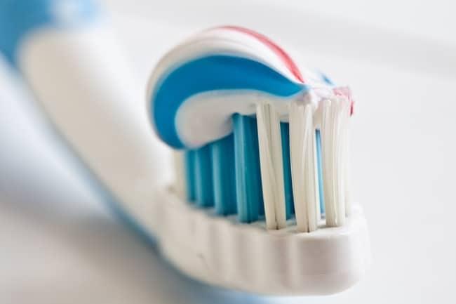 Смесь зубной пасты и нашатырного спирта справляется с жиром