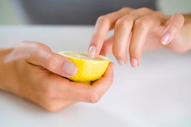 Лимон – самый безопасный растворитель грязи под ногтями