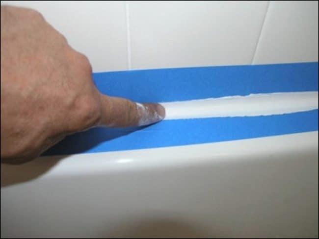 Как устранить излишки герметика с ванной