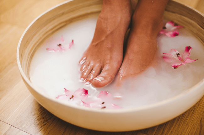 Молочная ванночка с содой эффективно очищает руки и ноги от садовой грязи