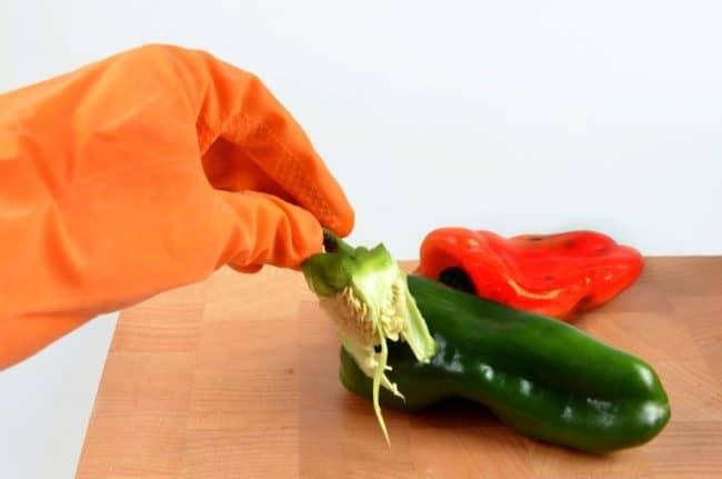 При работе с перцем для предотвращения ожогов желательно использовать перчатки