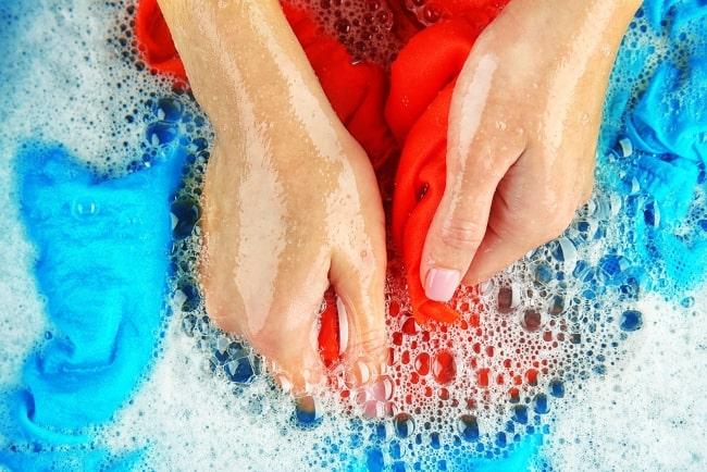 При стирке вручную грязь под ногтями и в порах удаляется сама собой