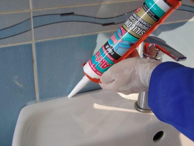 Работа с силиконом в перчатках защитит руки от попадания опасного средства на кожу