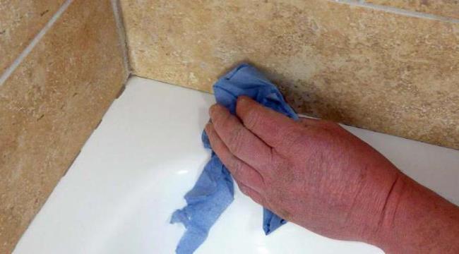 Устранение герметика со стальной ванны