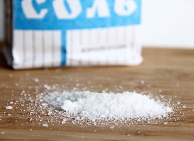 Обычная соль растворяет пасту от ручки и очищает мебель