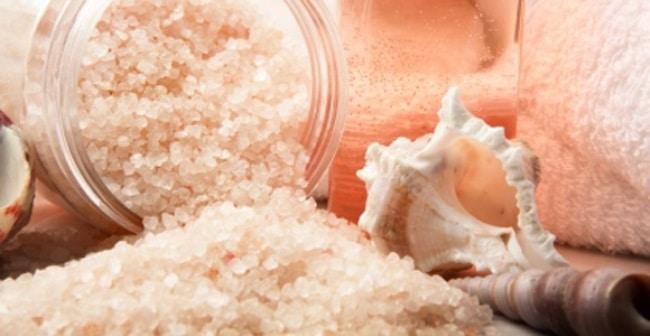 Обычная морская соль щадяще очищает руки от ореховой черноты