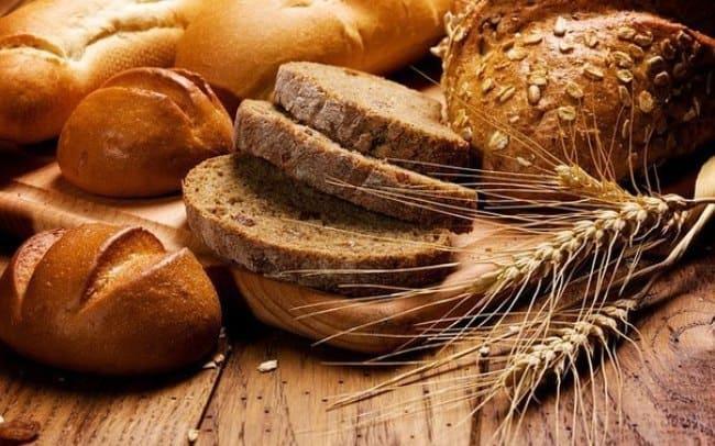 Хлеб поможет справиться с чернилами на обоях