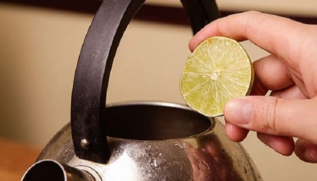 Мойка чайника лимоном