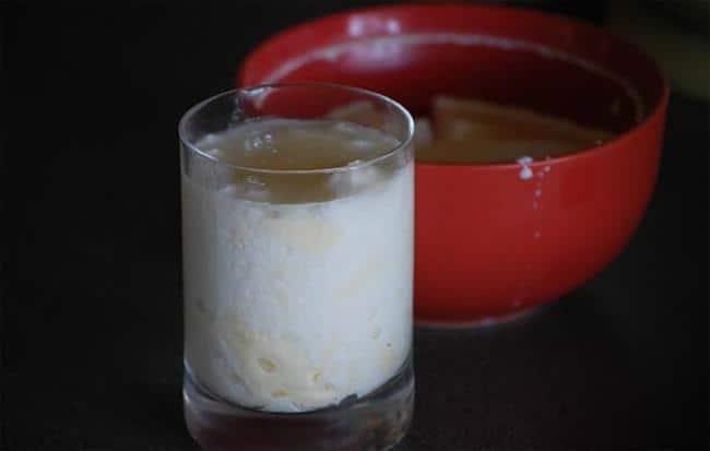 Кислое молоко выведет пятна от любых ягод