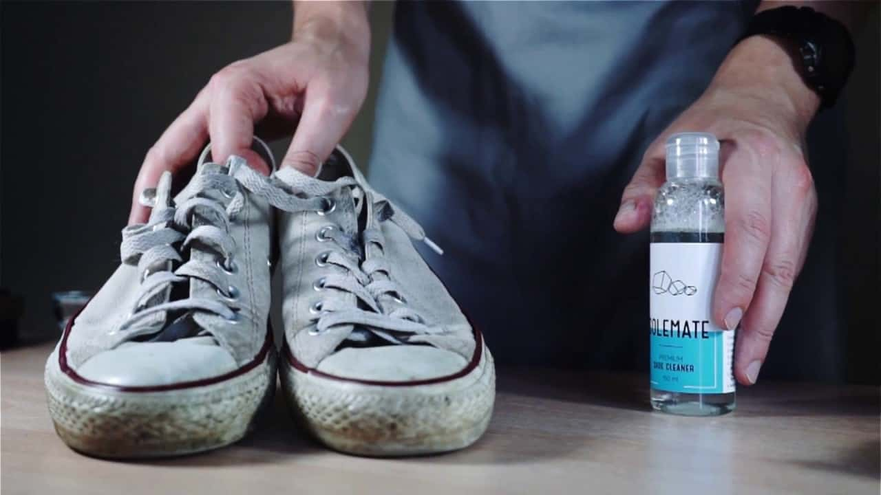 Для стирки белой обуви можно без опаски использовать подручные средства