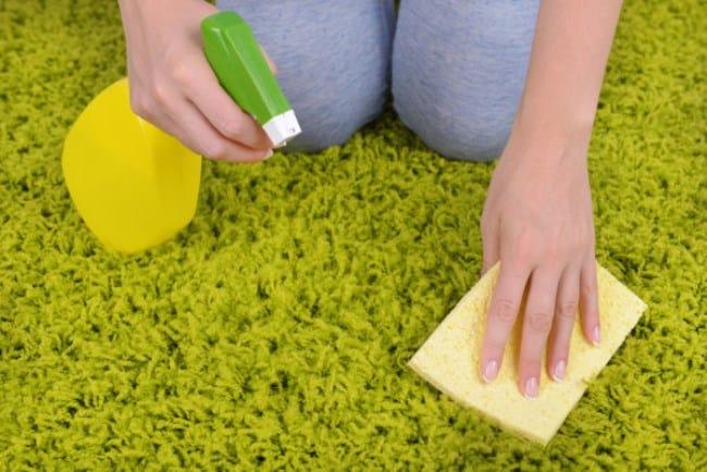 К очистке ковра приступайте немедленно, ведь отмыть такое изделие от краски проблематично