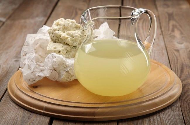 Молочная сыворотка безопасно очищает ткань от пятен