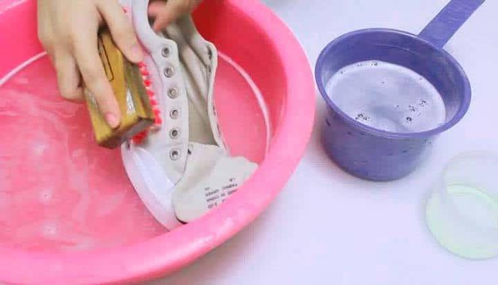 Стирка вручную обеспечит сохранение целостности обуви