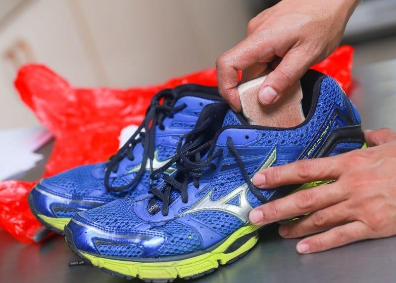 Вымыть обувь внутри без полной стирки намного сложнее