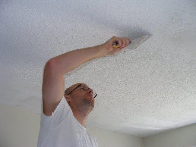 Водоэмульсионную краску удаляют теплой водой или специальными средствами