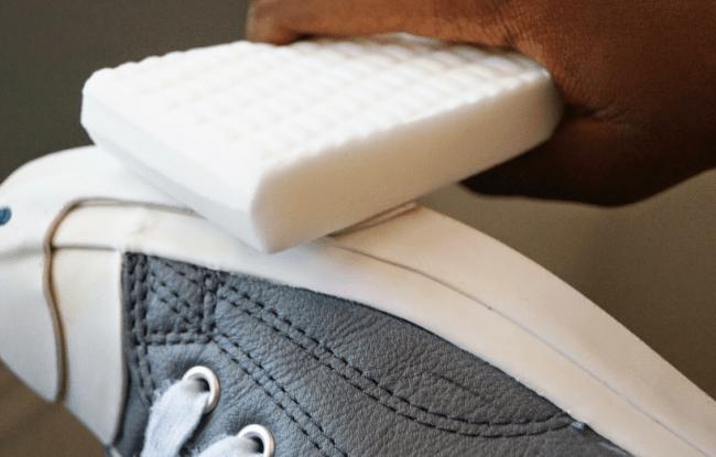 Белое мыло также поможет частично отбелить подошву