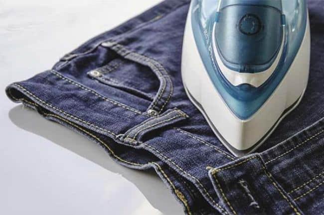 Пример правильной глажки джинс в области пояса