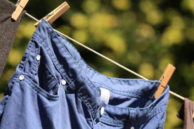 Пример правильной сушки брюк на веревке