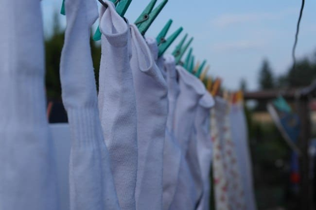 Для того что бы избавится от запаха, следует сушить носки на открытом воздухе