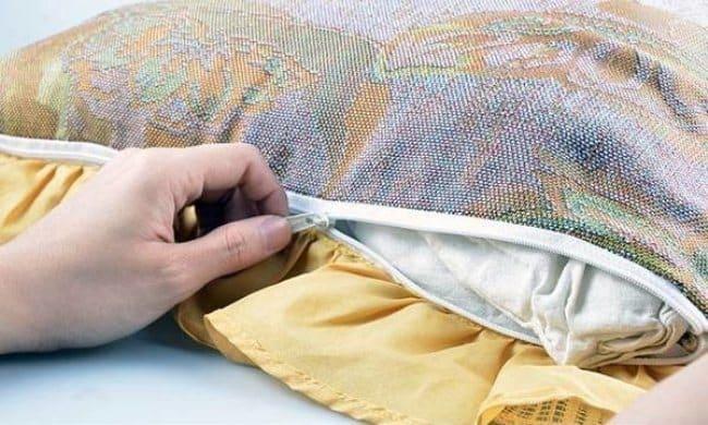 Подушку с чехлом легче стирать