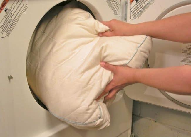 Некоторым подушка противопоказана чистка в машинке
