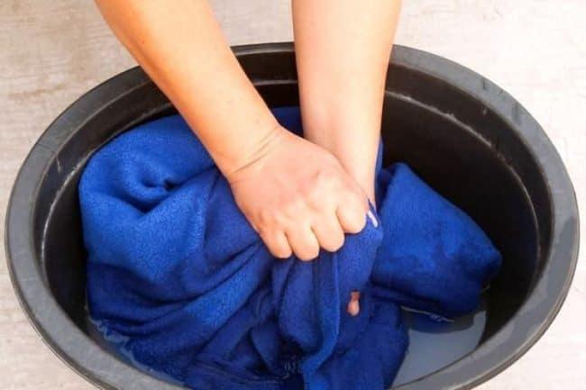 Замачивание одежды с моющим для посуды