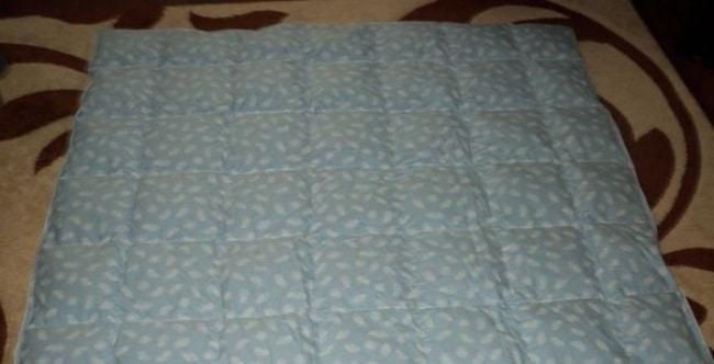 Если нет возможности сушить одеяло на улице, то можно это сделать в хорошо проветриваемой комнате