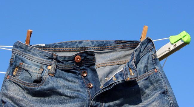 Чтобы хорошо растянуть джинсы не дайте им полностью высохнуть