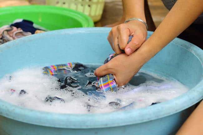 Если вещь загрязнена не сильно постарайтесь очистить ее сразу