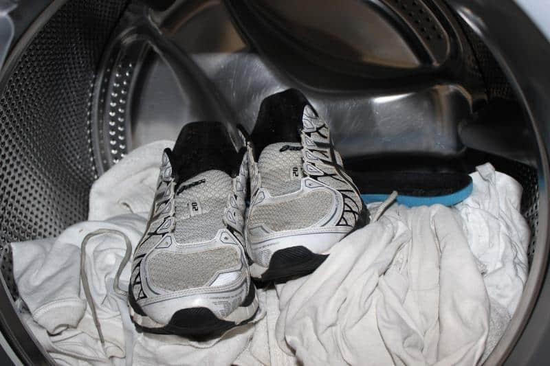 Не стирайте кроссовки вместе с одеждой
