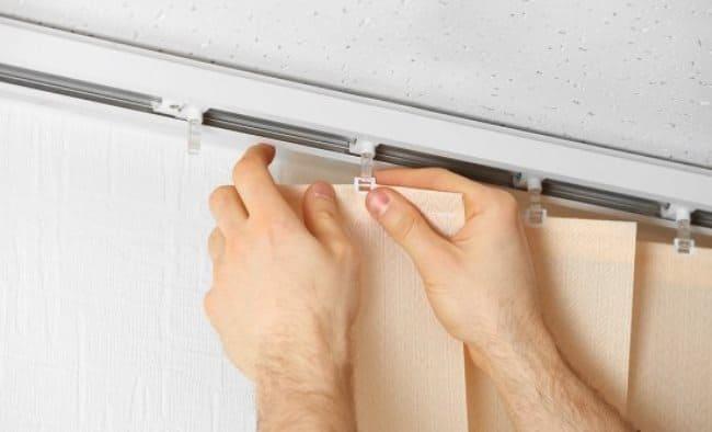Снимайте вертикальные ламели осторожно, чтобы не повредить крепления
