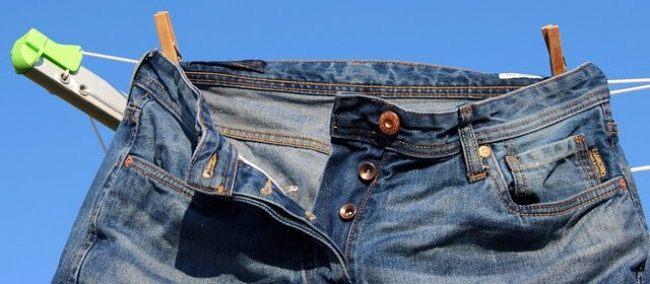 Высушите джинсы на свежем воздухе