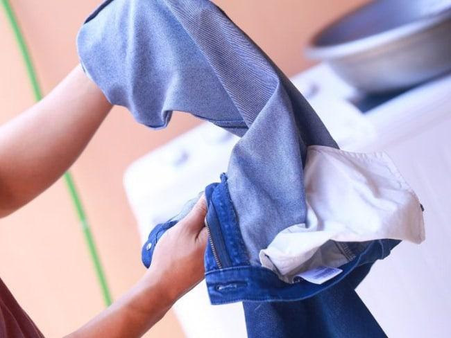 Летние джинсы можно усадить кипятком, но есть большой шанс испортить вещь