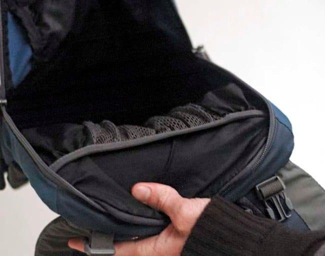 Перед чисткой выньте все вещи из рюкзака и снимите мелкие детали
