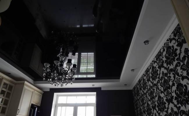 Черный потолок чистится прекрасно любым средством