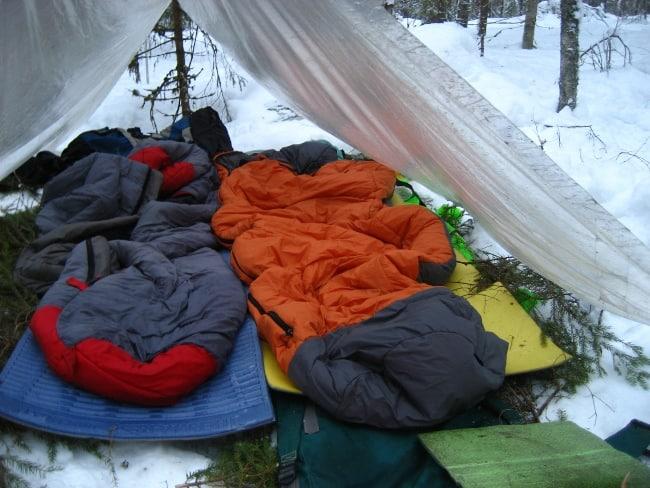 Перед использованием постелите на землю простынь