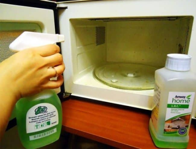 Промойте печь стеклоочистителем