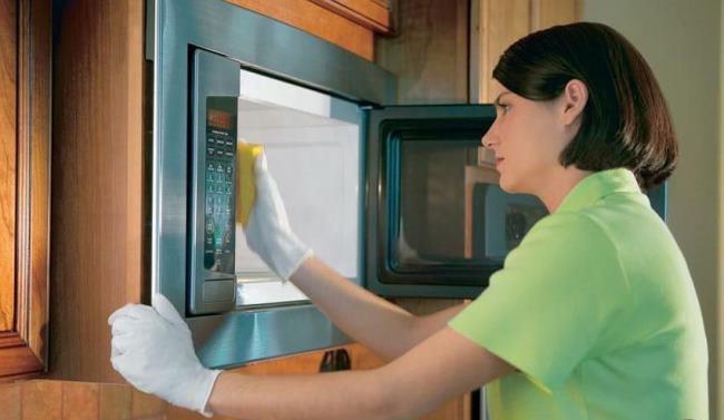 Протрите микроволновку уксусом и оставьте ее на 10 мин, после протрите чистой водой