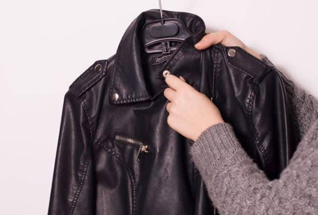 Слегка влажную куртку можно перевешивать на плечики