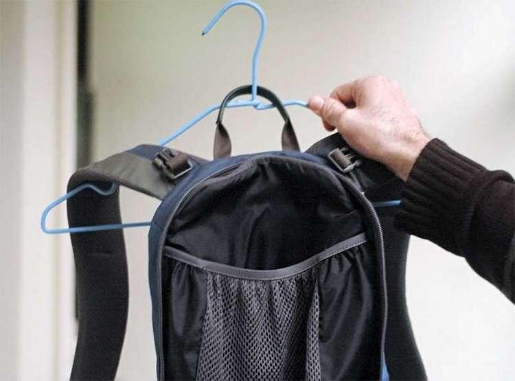 Сушить сумки и рбкзаки удобно, разместив на плечиках